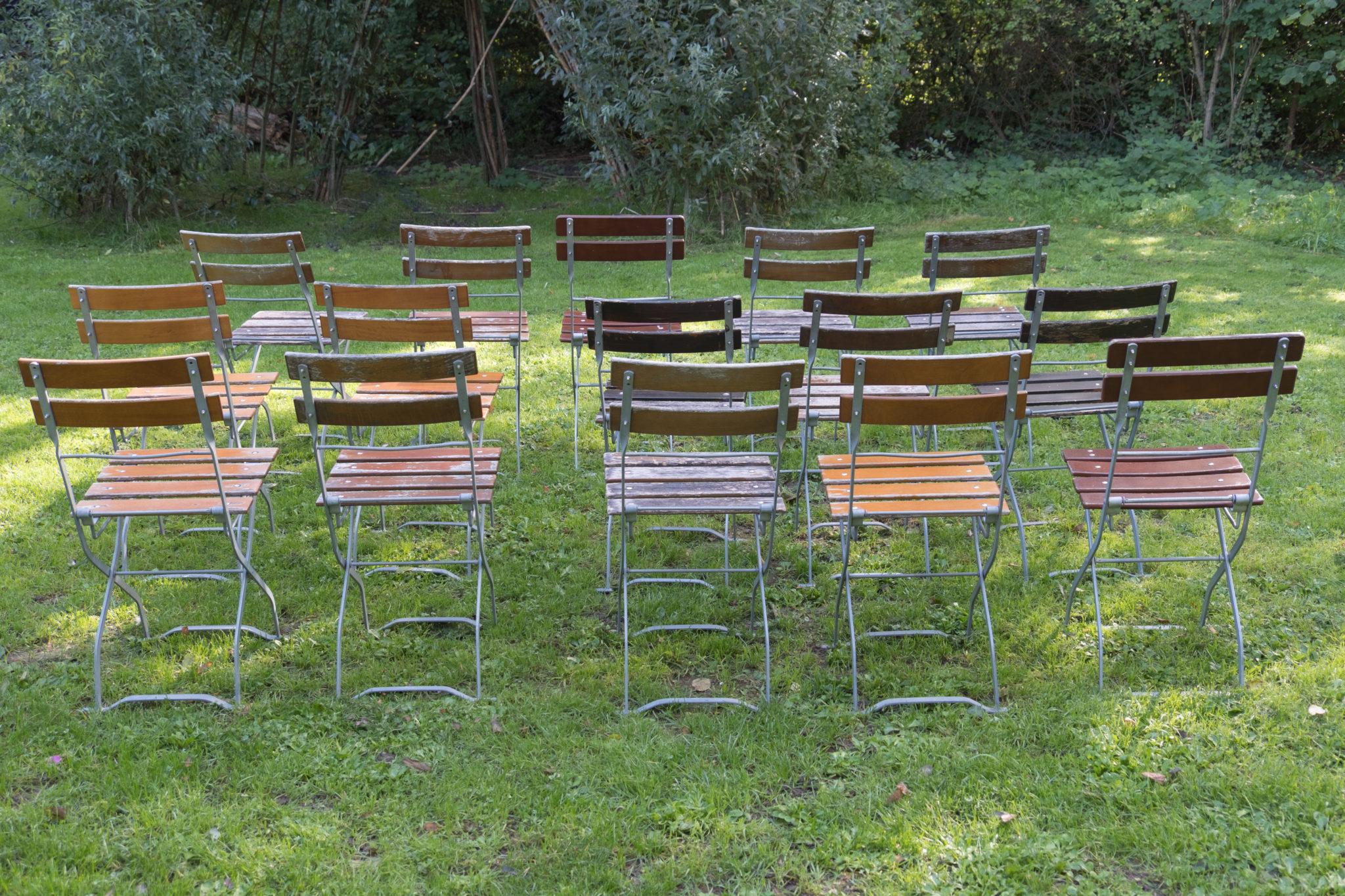 houten-stoeltjes-staan-klaar-voor-openluchtconcert