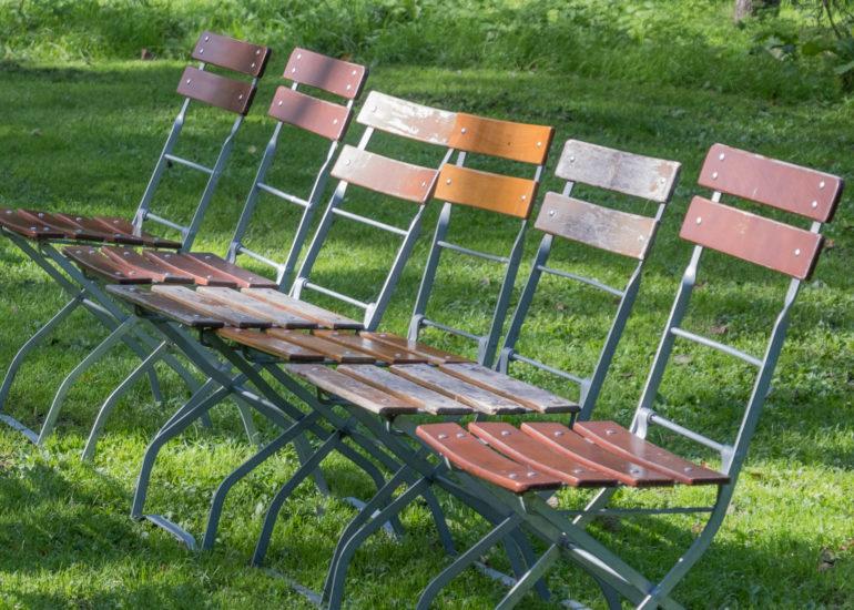 houten-stoeltjes-staan-klaar-voor-openluchtconcer