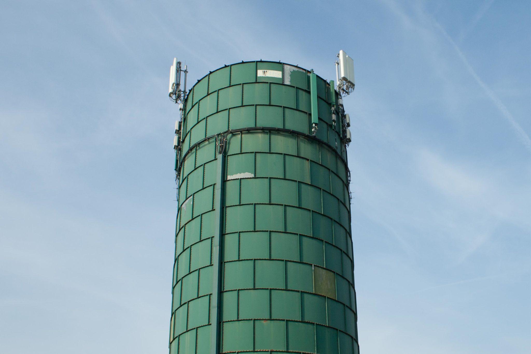 Groene toren bij boerderij