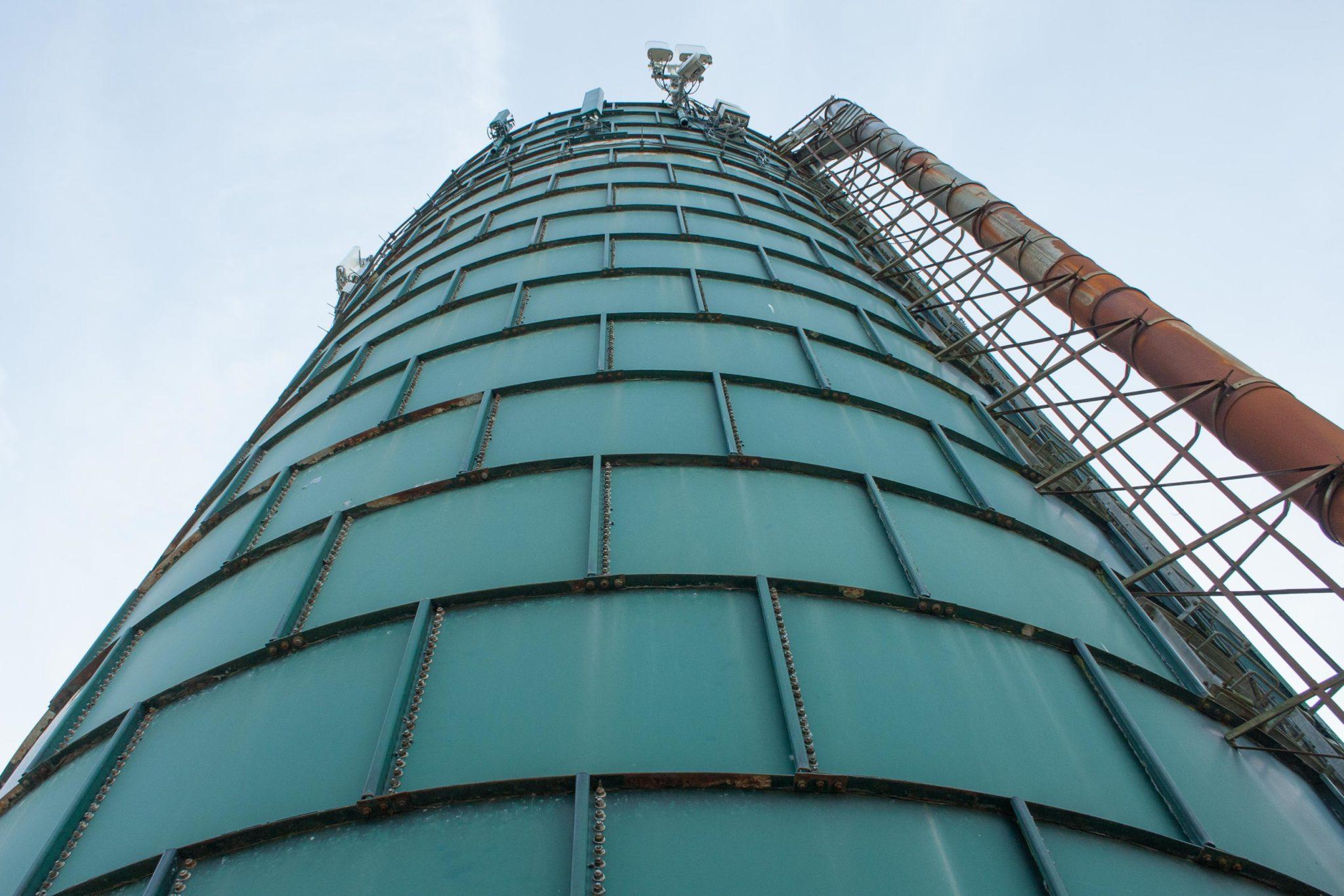 Groene toren of silo in de buurt van Bleiswijk